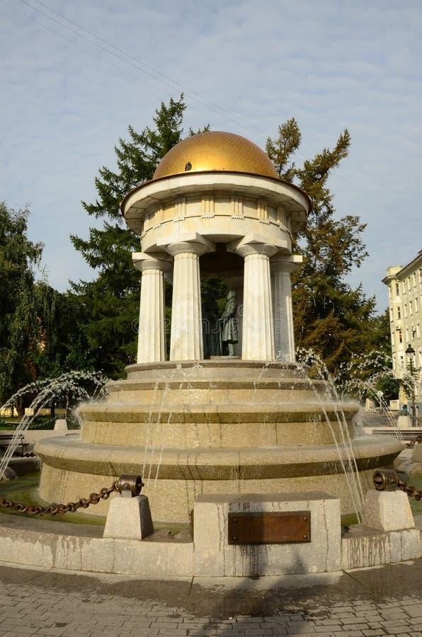 圆形建筑的喷泉-雕象、专栏和水注 免版税库存图片