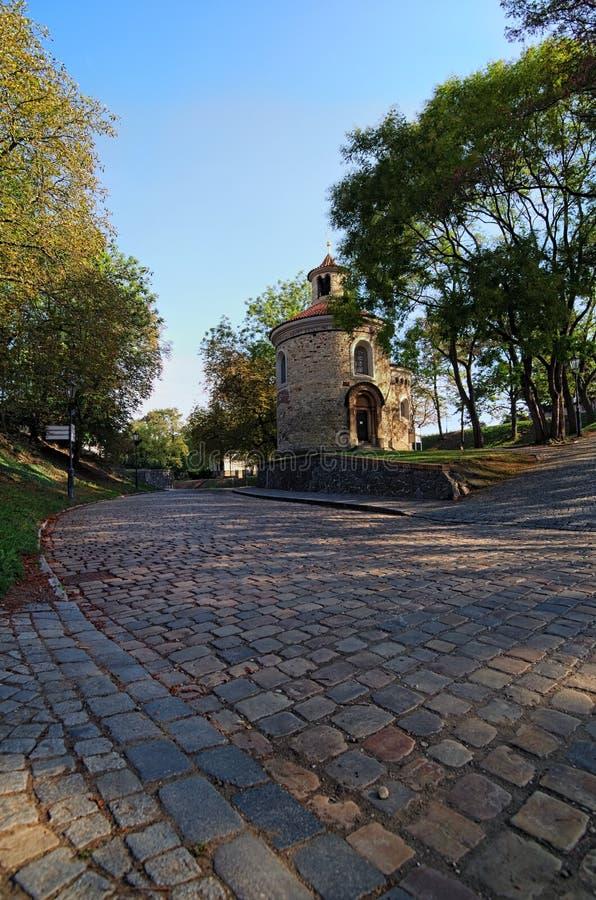 圆形建筑Vysehrad `上部城堡`的,夏天早晨视图圣马丁 最旧和最大圆形建筑在布拉格 免版税图库摄影