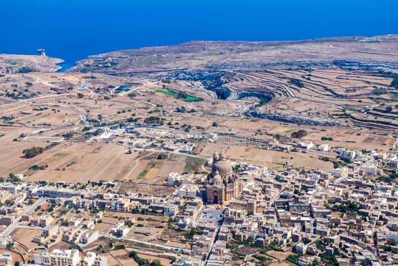 圆形建筑Xewkija,卡萨尔Xeuchia是最大在戈佐岛,并且它的圆顶控制海岛到处 Mgarr ix-Xini海湾 免版税库存图片