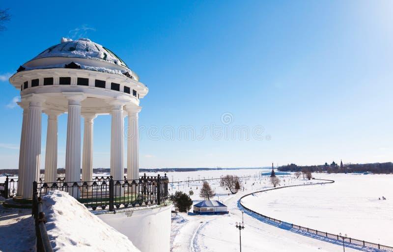 圆形建筑在河伏尔加河码头在雅罗斯拉夫尔市 免版税库存图片
