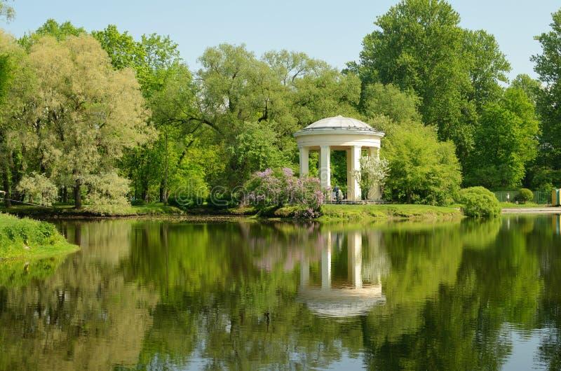 Download 圆形建筑眺望台在公园Ekateringofka 库存照片. 图片 包括有 圆形建筑, 公园, 晒裂, 休闲 - 72363586