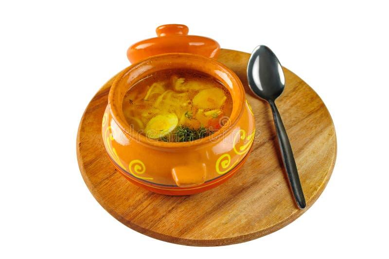 圆木板锅内鸡鹌鹑蛋面汤 免版税库存照片