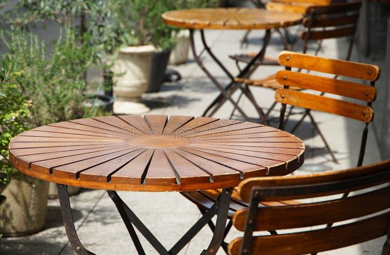 圆桌的看法在公园和位子 免版税库存图片