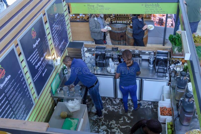 圆滑的人Preperations在厨房里 免版税库存图片