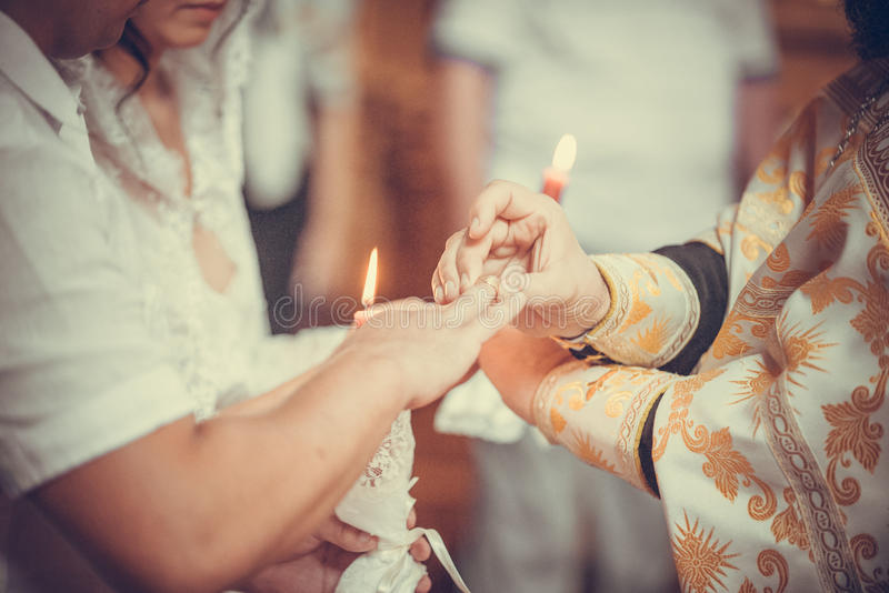 圆环交换在一个正统婚礼期间的 库存图片