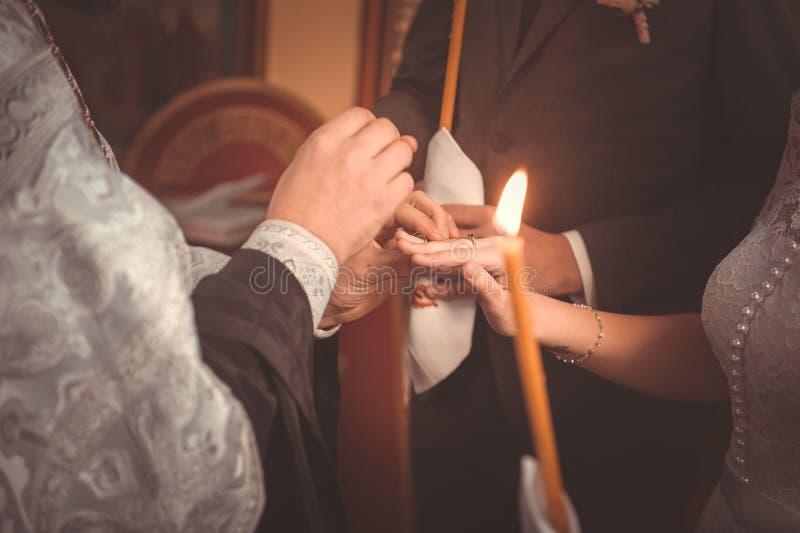 圆环交换在一个正统婚礼期间的 免版税库存图片