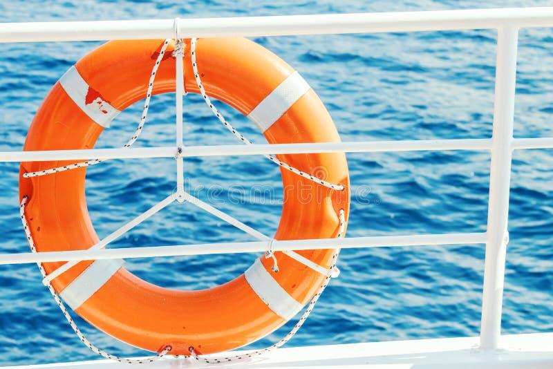 圆环在小船的救生圈 强制船设备 在游轮的甲板的橙色救护设备 免版税图库摄影