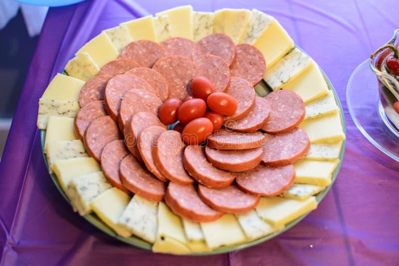 圆环波隆纳和乳酪盛肉盘 库存图片