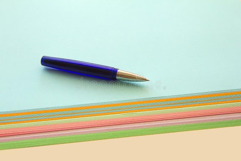 圆珠笔和色纸 库存图片