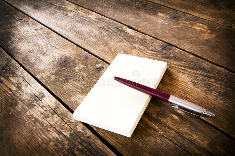 圆珠笔和记事本。 库存照片