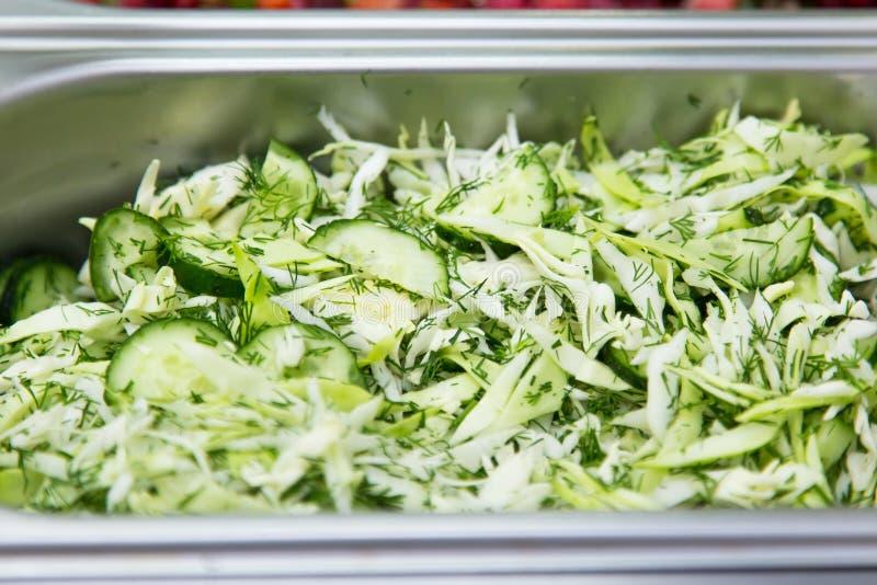 圆白菜和黄瓜沙拉在金属容器特写镜头 图库摄影