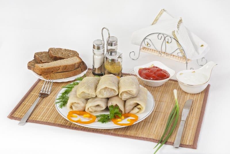 圆白菜滚动用调味汁和酸性稀奶油 通常服务用黑或白面包 一好晒干盘的是芥末 库存照片