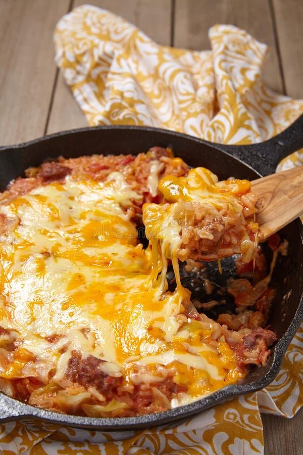 圆白菜砂锅用牛肉、米和乳酪 图库摄影