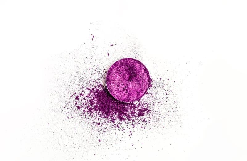 圆的作为化妆品样品的调色板干燥被击碎的紫色眼影膏在白色背景的 库存照片