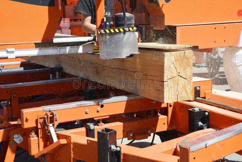 圆的剪切锯木头 Ð ¡ ircular锯用做平直的裁减的工作者手 库存图片