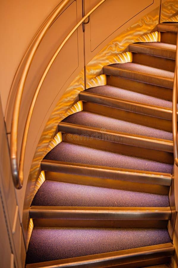 圆的台阶或梯子与扶手栏杆,现代建筑学 免版税库存图片