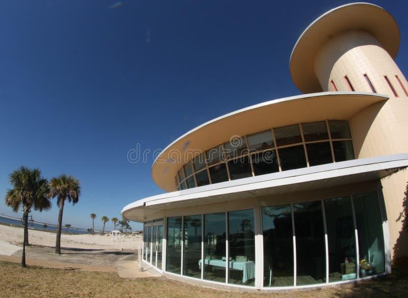 圆的大厦和棕榈树照片  库存图片