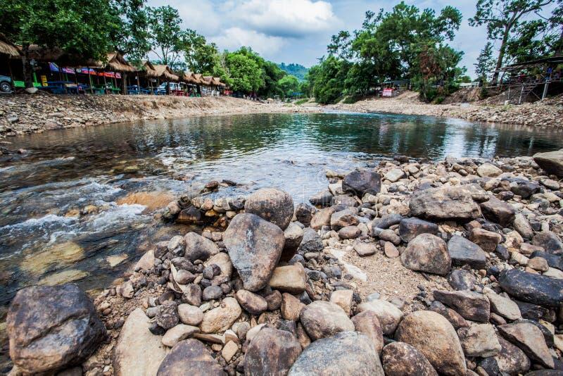 圆的岩石在河 免版税图库摄影
