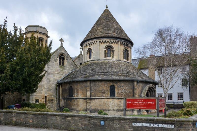 圆的教会在剑桥在一多云天 库存图片