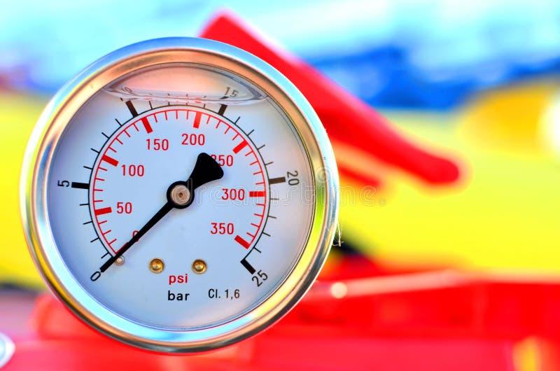 圆的机械压力表 库存图片