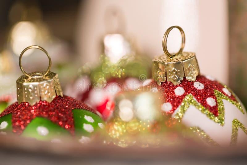 圆的玻璃圣诞节在假日装饰准备好 免版税库存图片