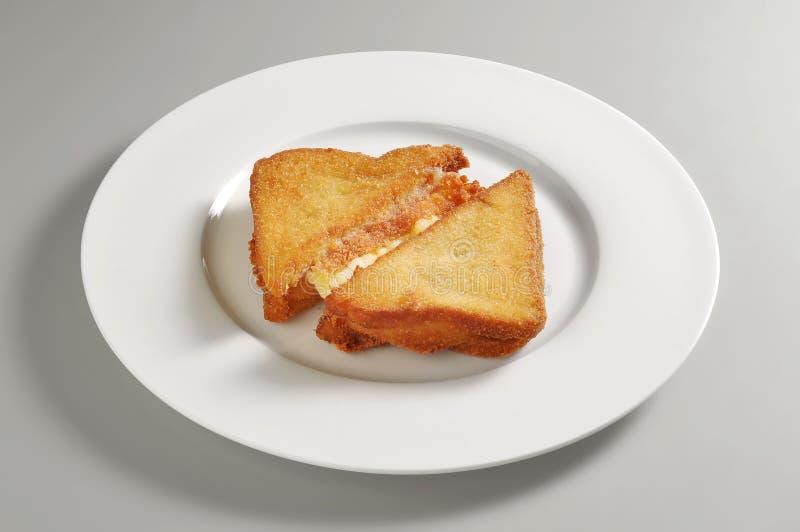 圆的盘用油煎的无盐干酪三明治 免版税库存图片