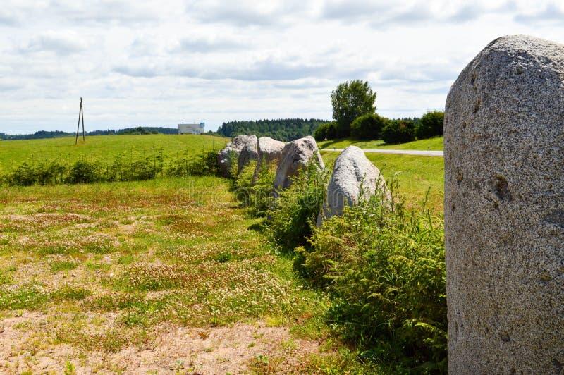圆的石头石头一个大庭院庭院的纹理连续站立按顺序在有利背景背景的  免版税库存照片