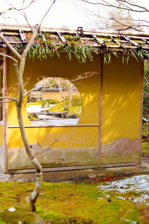 圆的窗口在假山花园里在松岛 免版税图库摄影
