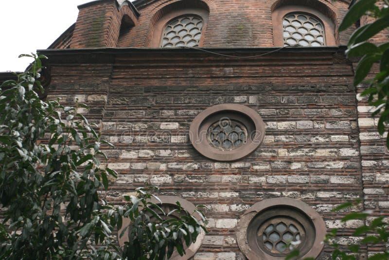 圆的窗口装饰严厉的设防墙壁 免版税图库摄影