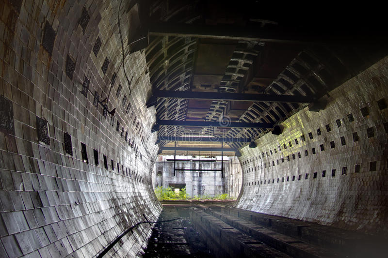 圆的铺磁砖的隧道在被放弃的地下核物理实验室 图库摄影