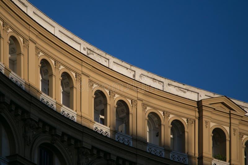 圆的门面大厦那不勒斯 免版税库存照片