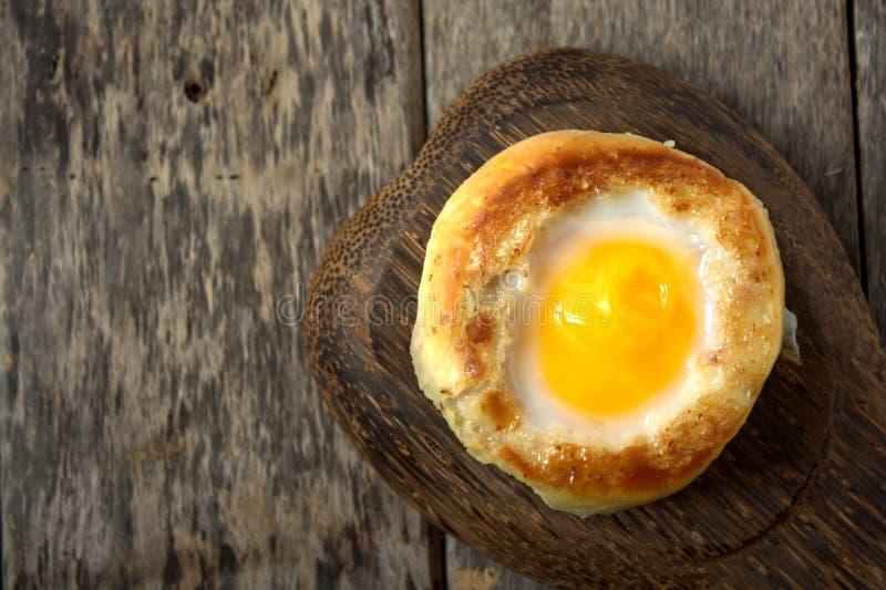 圆的面包小圆面包用在小圆面包里面的鸡蛋 库存照片