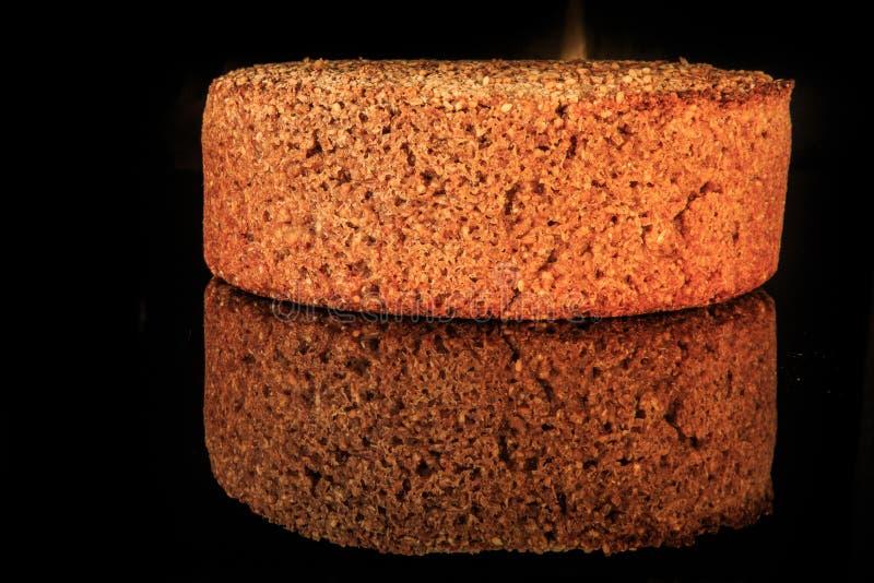 圆的黑麦面包整个大面包与在家新近地被烘烤的芝麻的 免版税库存图片