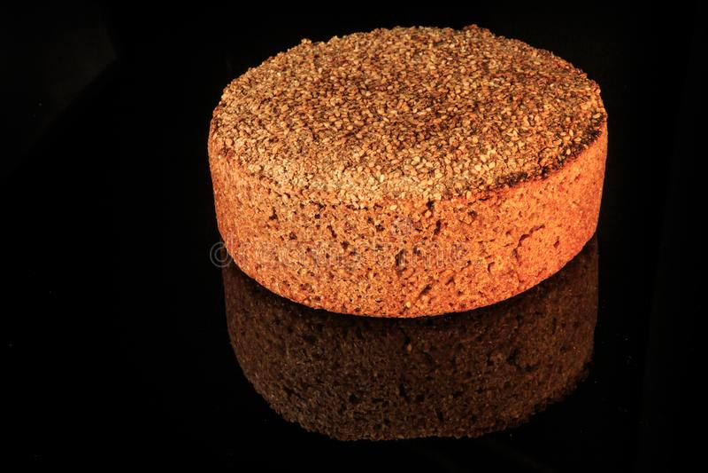 圆的黑麦麦子面包新近地被烘烤的整个大面包与芝麻的 库存图片