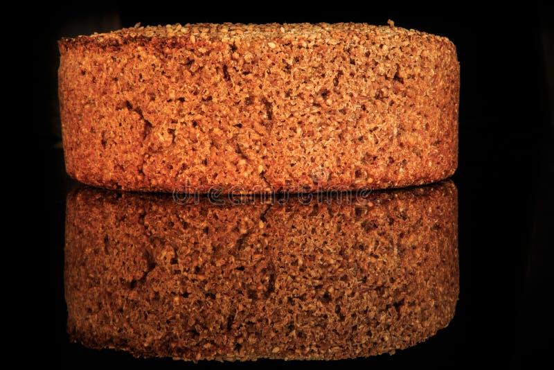 圆的黑麦麦子面包自创整个大面包与芝麻的 库存图片