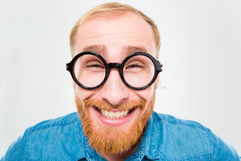 圆的玻璃的滑稽的快乐的有胡子的人 免版税图库摄影
