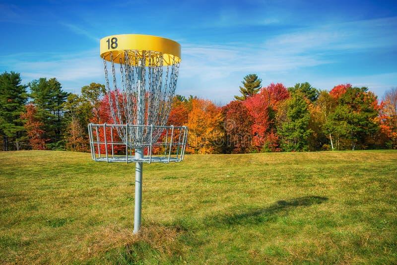 圆盘高尔夫球孔篮子在秋天 免版税库存照片