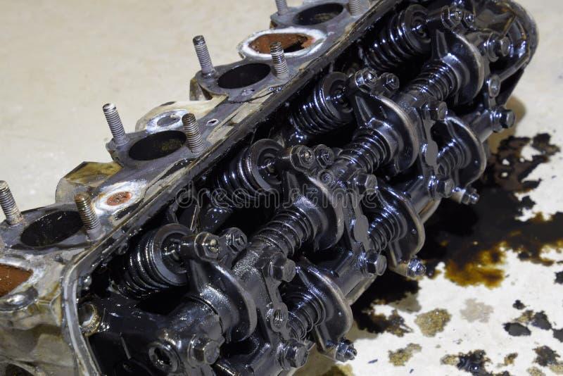 圆筒块的头  圆筒块的头从修理的引擎去除的  在机器润滑油的部分 加州 图库摄影