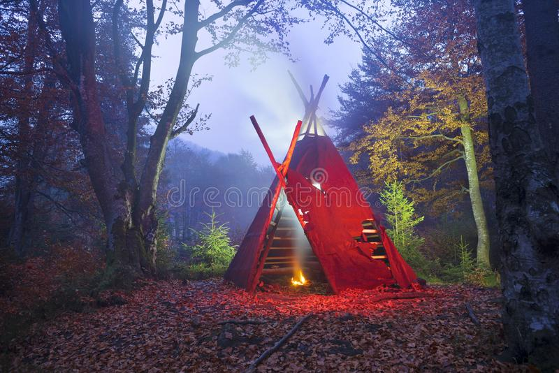圆锥形小屋帐篷和篝火 库存照片