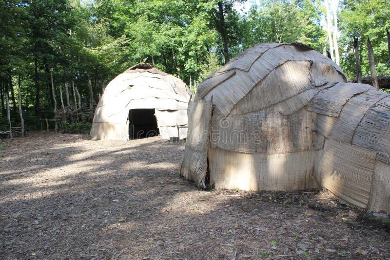 圆锥形小屋- 16世纪东部在Meadowcroft rockshelter的森林地印地安人使用的风雨棚 免版税库存图片