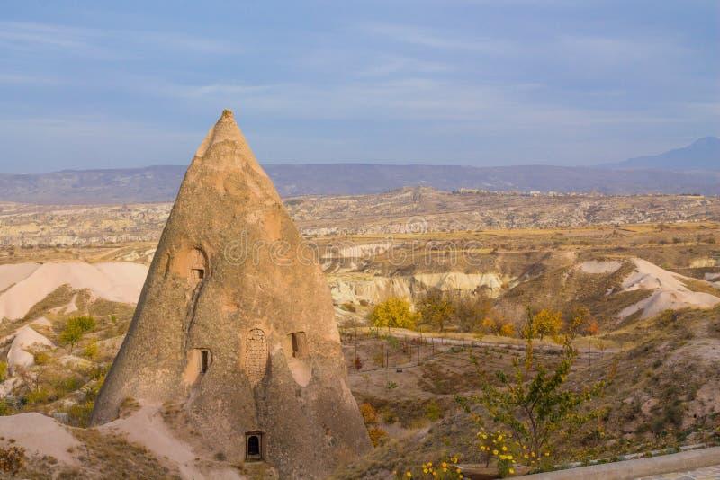 圆锥形的岩层风景在卡帕多细亚,土耳其 免版税库存照片