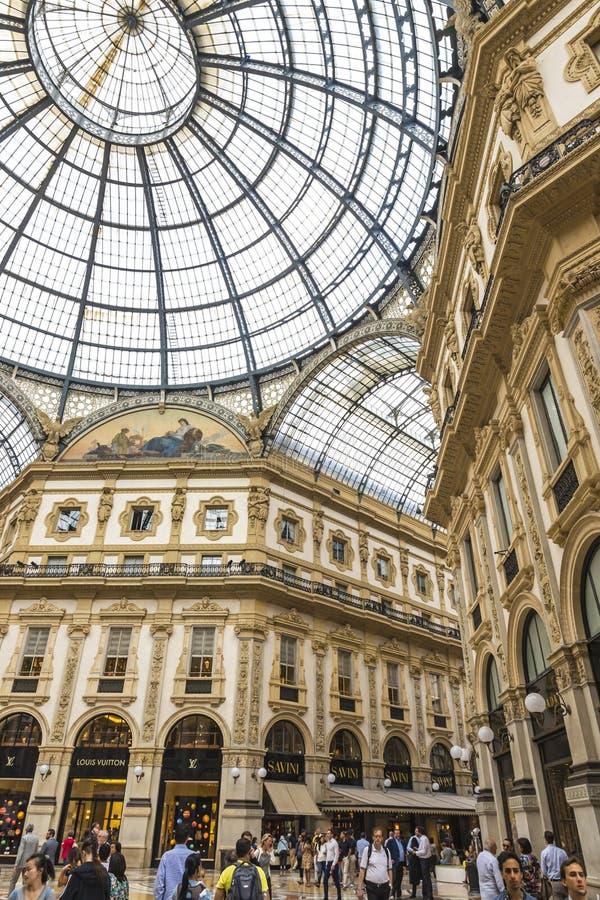 圆顶场所维托里奥Emanuele购物中心在米兰,意大利 免版税库存照片