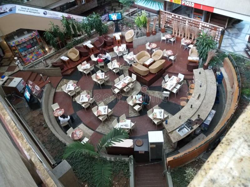 圆餐馆看法在购物中心 免版税库存照片