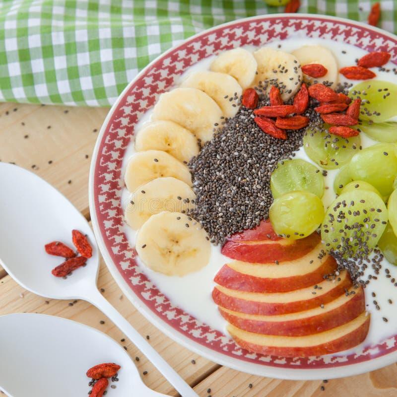 圆滑的人碗用新鲜水果 库存图片