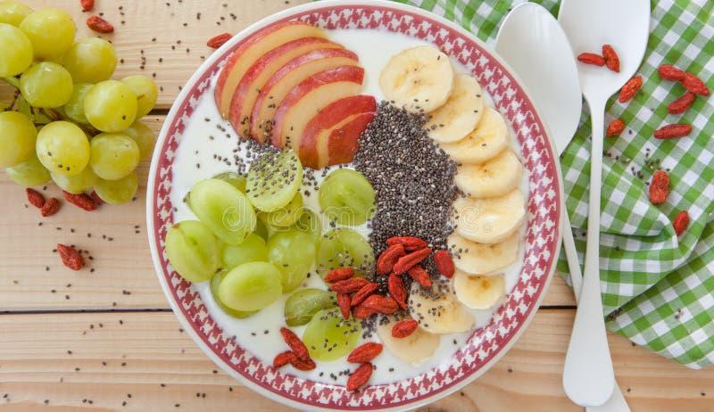 圆滑的人碗用新鲜水果 免版税库存图片