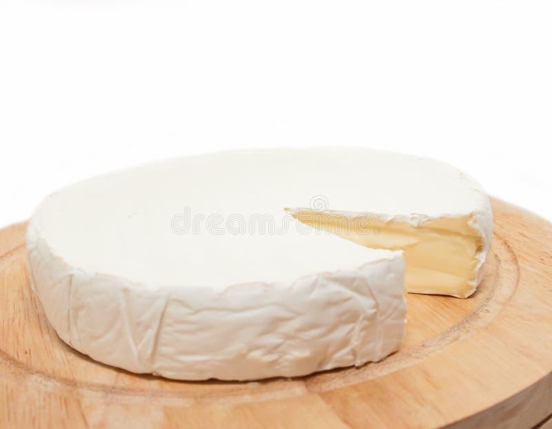 圈子在查出的木服务台上的咸味干乳酪干酪 免版税库存照片