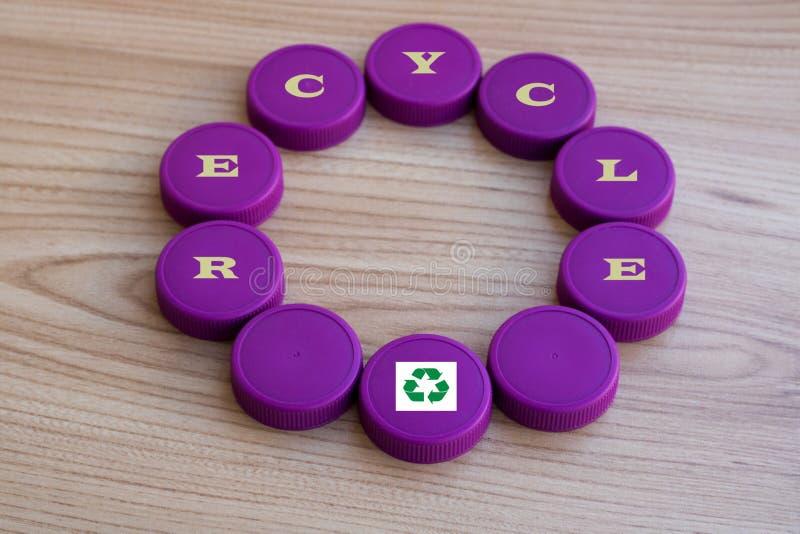 圈子塑料用商标回收加盖,作为背景 免版税库存照片