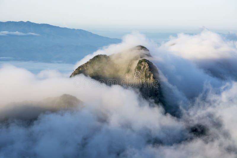 土井山姆发埃Nong山在云彩上的与薄雾的海在土井Luang城镇Dao的 免版税库存图片