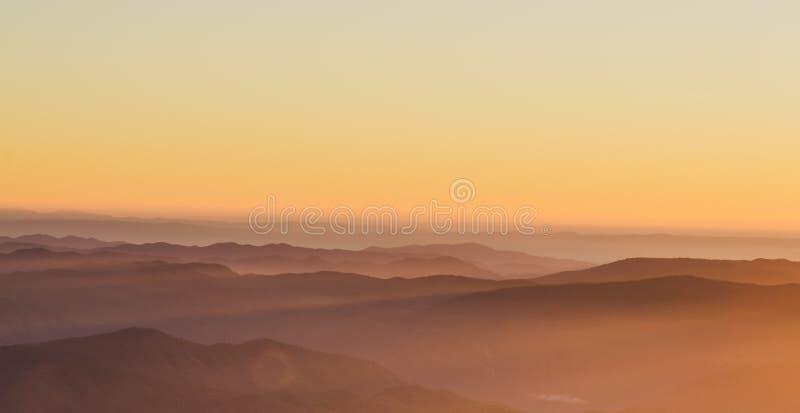 土井星期一Jong有一个美好的风景充满山脉 免版税库存图片
