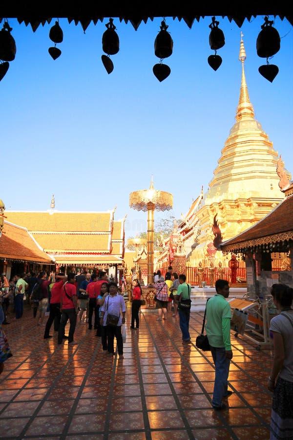 土井素贴在清迈,泰国,有上千群众的来支付尊敬的Wat Phra 免版税库存图片